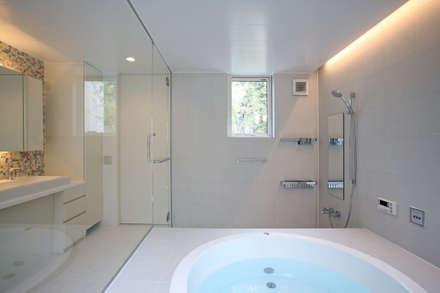 太陽の光を感じる家: 設計事務所アーキプレイスが手掛けた浴室です。