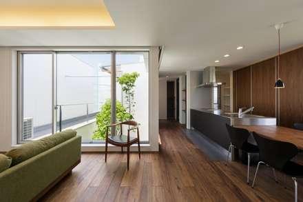 Comedores de estilo escandinavo por MITSUTOSHI   OKAMOTO   ARCHITECT   OFFICE 岡本光利一級建築士事務所
