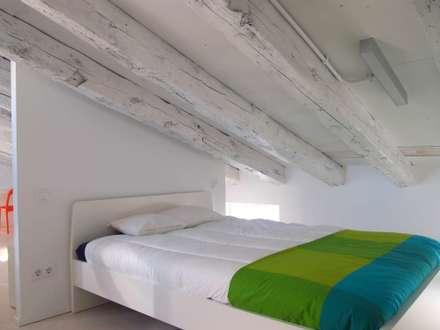 buhardilla en Embajadores : Dormitorios de estilo escandinavo de Reformmia