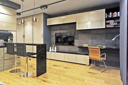 Вид на стену с рабочим местом и ТВ: Медиа комнаты в . Автор –  Pure Design