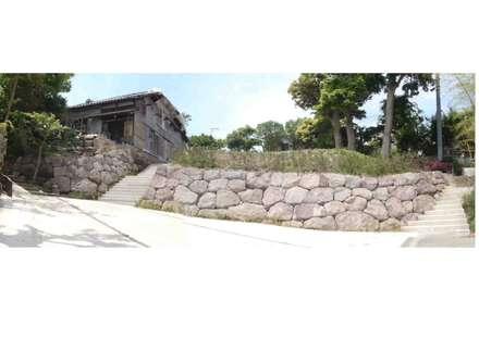 真鶴石の石積み 全景: 安達造園株式会社が手掛けた庭です。