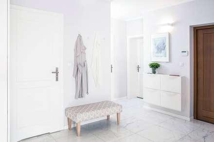 Dom parterowy: styl , w kategorii Korytarz, przedpokój i schody zaprojektowany przez Pracownia projektowa Na Antresoli