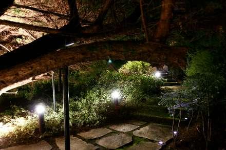 JARDIN DOMESTICO EN CANIDO 2006: Jardines de estilo clásico de RUTH GUNDÍN VILLAR