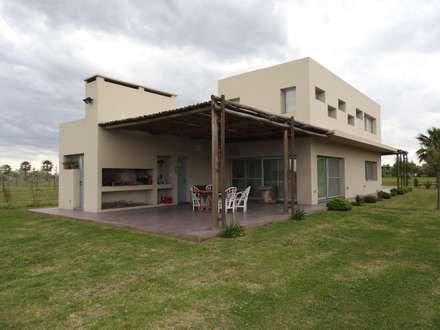 Puerto Roldán - Lote 390: Casas de estilo moderno por Erb Santiago