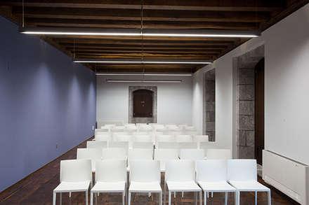 luminación edificio público: Estudios y despachos de estilo ecléctico de Taralux Iluminación, S.L.