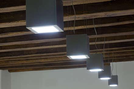Iluminación edificio público: Estudios y despachos de estilo ecléctico de Taralux Iluminación, S.L.