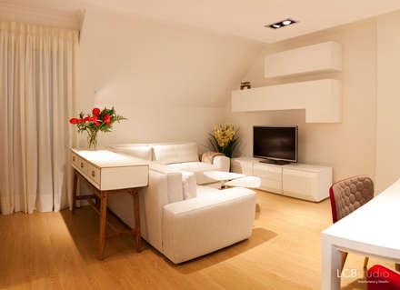 Reforma piso: Salones de estilo moderno de LCB studio
