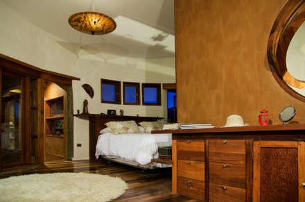 CASA CARACOL: Dormitorios de estilo rústico por ALIWEN arquitectura & construcción sustentable