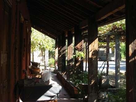 CASA CERECEDA: Pasillos, hall y escaleras de estilo  por ALIWEN arquitectura & construcción sustentable