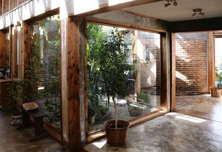 ระเบียงและโถงทางเดิน by ALIWEN arquitectura & construcción sustentable