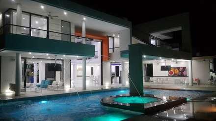Vista nocturna fachada principal.: Casas de estilo moderno por Camilo Pulido Arquitectos