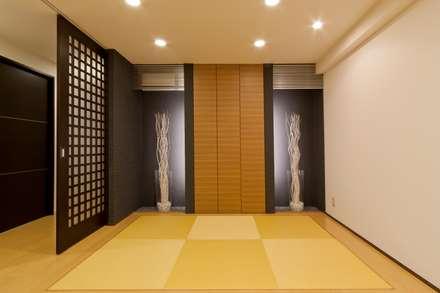 リビングに和のテイストを入れ、畳下収納やデザイン収納のある家: MACHIKO KOJIMA PRODUCEが手掛けた寝室です。