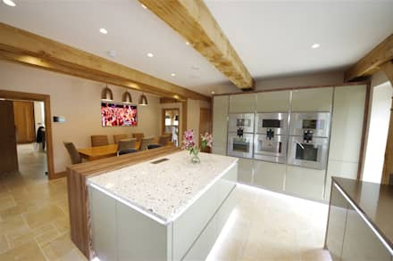 A stylish & modern design with a vintage charm: modern Kitchen by PTC Kitchens