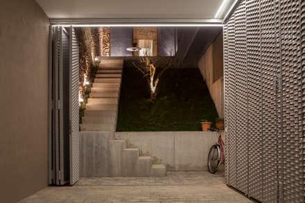 Porche/Garaje: Garajes de estilo minimalista de CABRÉ I DÍAZ ARQUITECTES