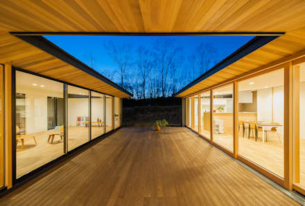 Patio(Evening View): STaD(株式会社鈴木貴博建築設計事務所)が手掛けた庭です。