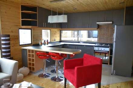 Cabaña Loft San Antonio: Cocinas de estilo moderno por EstradaMassera Arquitectura