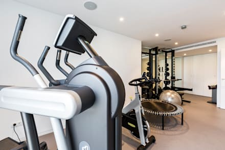 Gym.: Gimnasios domésticos de estilo moderno de Bornelo Interior Design