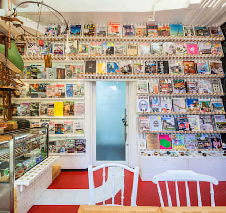 Salas multimédia ecléticas por INTERIOR BOOKWORM CAFE