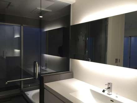 プライベートガーデンのある家: ライフビスタ一級建築士事務所が手掛けた浴室です。