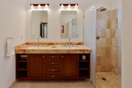 colonial Bathroom by Excelencia en Diseño