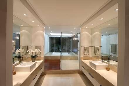 CASA DO FOTOGRAFO: Banheiros modernos por BRAVIM ◘ RICCI ARQUITETURA