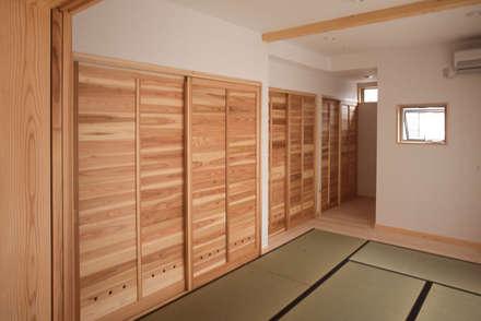 【平屋空間+子供小屋】(囲炉裏テーブルのあるリビング): (株)独楽蔵 KOMAGURAが手掛けた寝室です。