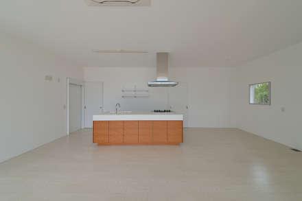 小さな家: 門一級建築士事務所が手掛けたキッチンです。
