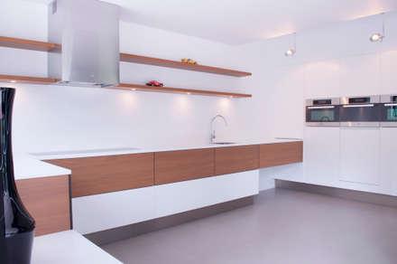 keuken met strakke lijnvoering: minimalistische Keuken door IJzersterk interieurontwerp