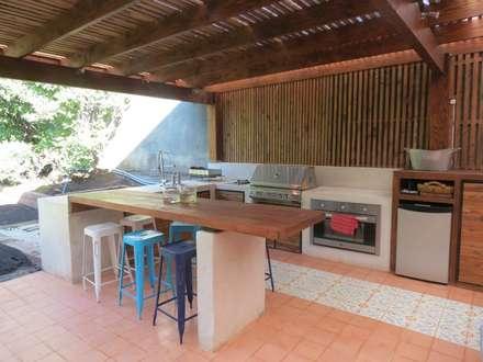 : Cocinas de estilo moderno por OBRAA QUINCHOS Y TERRAZAS