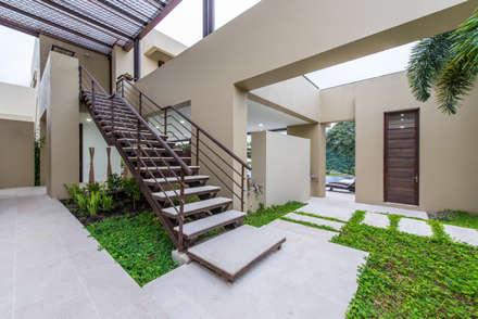 Casa Loma: Jardines de estilo minimalista por David Macias Arquitectura & Urbanismo