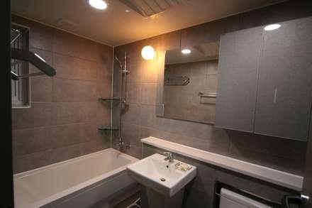대구 죽전동 주택 인테리어 리모델링 (전원주택 ): inark [인아크 건축 설계 디자인]의  화장실