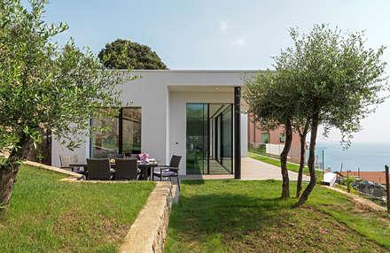 Villa vista mare a Bergeggi (SV): Case in stile in stile Minimalista di Barra&Barra SRL