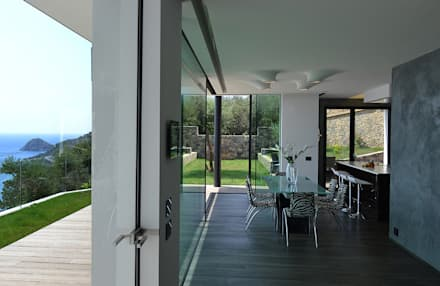 Villa vista mare a Bergeggi (SV): Sala da pranzo in stile in stile Minimalista di Barra&Barra SRL