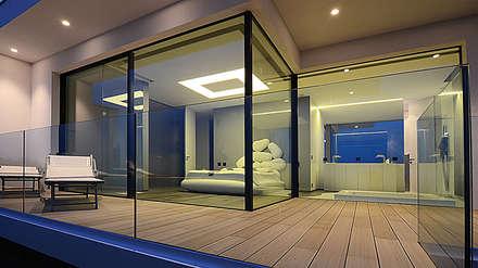 Villa vista mare a Bergeggi (SV): Camera da letto in stile in stile Minimalista di Barra&Barra SRL