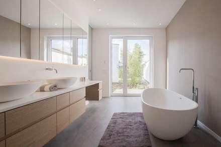 Elternbad: minimalistische Badezimmer von BPLUSARCHITEKTUR