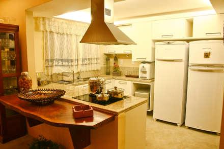 Casa da Serra: Cozinhas campestres por Duo Arquitetura