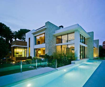 CASA MEDITERRANEA: Piscinas de estilo mediterráneo de Aguilar Arquitectos