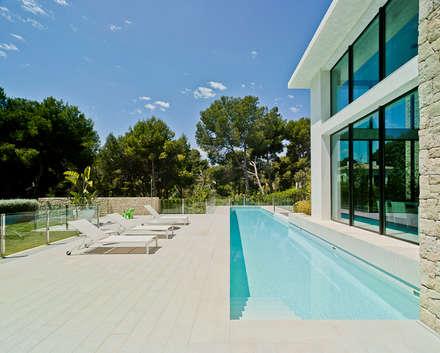 CASA MEDITERRANEA: Jardines de estilo mediterráneo de Aguilar Arquitectos