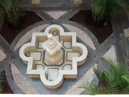 Villa Romana: Jardines de estilo clásico de Grabados en Mármol S.L
