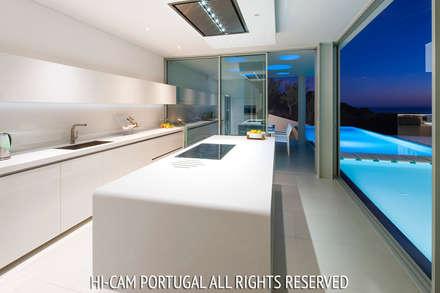 Villa Escarpa: Cozinhas modernas por Hi-cam Portugal