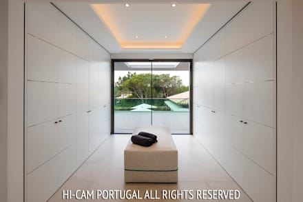Walk in closet de estilo  por Hi-cam Portugal