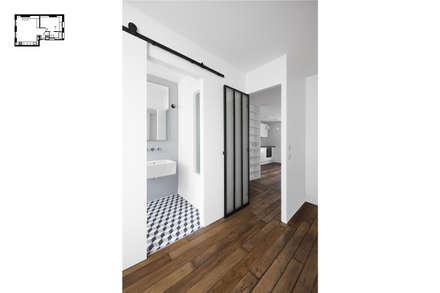 Restructuration d'1 appartement à Paris 20ème: Chambre de style de style Moderne par GALI Sulukjian Architecte
