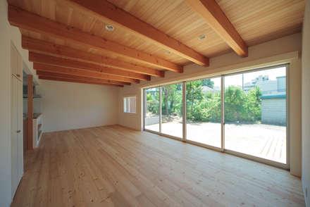 おおらかな家: こぢこぢ一級建築士事務所が手掛けたリビングです。