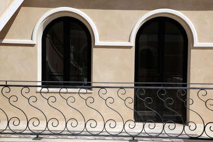DOMUS DE MARIA: Finestre in stile  di SERRAMENTI PIRAS