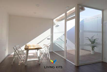 Oficina moderna con patio: Jardines de invierno de estilo moderno de Casas Modernas | LIVING KITS