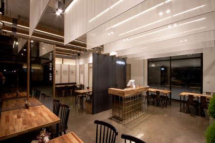 한스타일 도현한식당: 디자인투플라이의  다이닝 룸