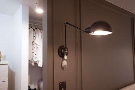 소품이 돋보이는 집: 디자인투플라이의  침실