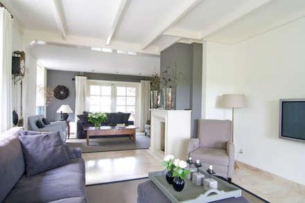 Vrijstaande villa : klasieke Woonkamer door Atelier09