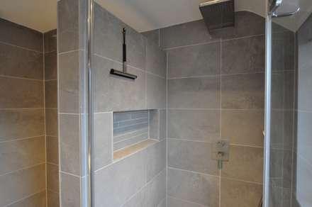 inbouw nis badkamer - AGZ badkamers en sanitair: moderne Badkamer door AGZ badkamers en sanitair