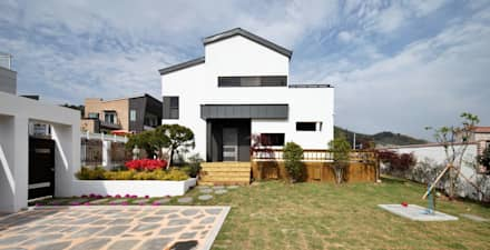 여수 밤바다를 가족 품 안에 (여수 웅천동 주택): 윤성하우징의  주택